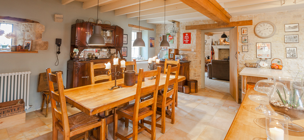 farmhouse breafkast room with large table and chairs and old furniture Spirit of 1944