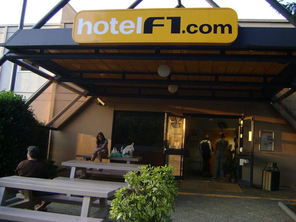 Entrance to cheap hotelf1